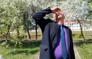 Видеофакт: Чиновник выпил воду с червями ради спокойствия россиян