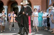 70-летний ксендз Владислав Завальнюк завершил одиночное паломничество на моноколесе в Будслав