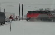 В Гомельской области фура забуксовала на железнодорожном переезде - и ее протаранил поезд