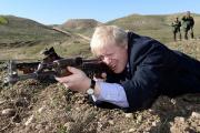 Мэр Лондона сфотографировался с автоматом Калашникова в Ираке