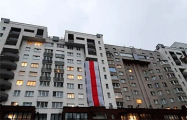 В Грушевке вывесили огромный бело-красно-белый флаг