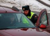 Лихач из Беларуси протащил московского инспектора ДПС за своей машиной