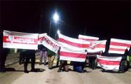 Белорусы вышли вечером на бело-красно-белые акции