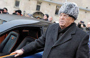 Жириновский на Красной площади раздал деньги «крепостным и холопам»
