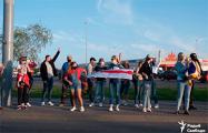В Гродно более 100 человек с национальными флагами стали в цепь солидарности