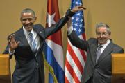 Кастро пресек попытку Обамы похлопать его по плечу