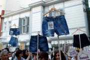 Стамбульские женщины устроили шествие против ограничений в ношении одежды
