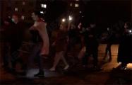 Колонна демонстрантов шагает по Октябрьскому району Минска