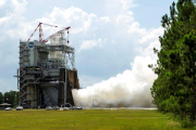В США испытали двигатель для сверхтяжелой ракеты в режиме аварийной мощности