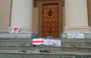 На ступени КГБ принесли цветы и плакаты: «Караева под три%унал», «За это не извиняются»