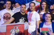 Группа поддержки Naviband приехала в Киев с бело-красно-белыми флагами