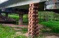 В Воложинском районе мост «отремонтировали» деревянными подпорками