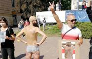 Белорусские художники протестуют напротив Дворца искусств в Минске