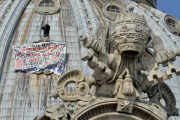 Протестующий итальянец в пятый раз взобрался на собор Святого Петра