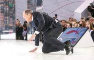 «Никто не поставит на колени»: Сеть взорвало фото упавшего на публике Лаврова