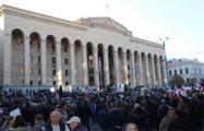 В Грузии протестующие заблокировали все входы в парламент и установили круглосуточное дежурство