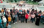 В Гродно у Фарного костела собралось около 100 человек