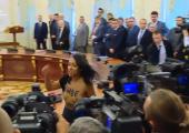 Не обошлось без инцидентов: активистка Femen выскочила к Порошенко и Лукашенко