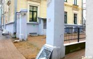 В центре Минска демонтировали старые ворота наперекор Минкульту