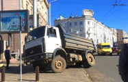 Видеофакт: В центре Минска МАЗ частично провалился под землю