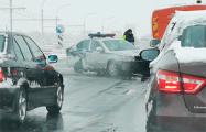 В Минске автомобиль ГАИ пробил разделительное ограждение и врезался в легковушку