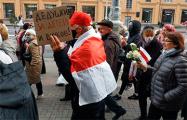 С какими плакатами пенсионеры вышли на Марш мудрости в Минске