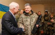 Порошенко прибыл в зону конфликта в Донбассе с американскими сенаторами