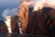 Около Сицилии начал извергаться вулкан
