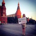 Редактор «Эха Москвы» провела антивоенный пикет у стен Кремля