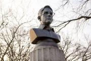 Скульпторы потребовали от полиции вернуть бюст Сноудена