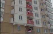 Жители Уручье массово вышли с бело-красно-белыми флагами на балконы дома
