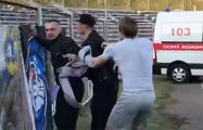 Видеофакт: Вратарь «Витебска» отбил фаната от сотрудника ОМОНа