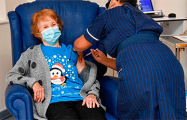 Первая в мире привитая от COVID женщина получила вторую дозу вакцины