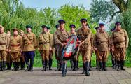 БРСМовцы в форме НКВД собирают у брестчан деньги на фестиваль
