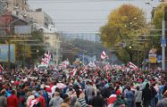 Колонна протестующих идет в сторону Уручья