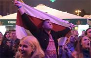 Видеофакт: Белорусы болели за NaviBand с бело-красно-белыми флагами