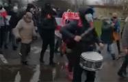 Колонна на Юго-Западе марширует с музыкальным сопровождением