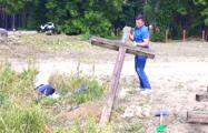 Защитники Куропат восстановили сломанные кресты возле «Поедем, поедим»