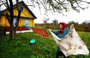 Беднеем: белорусы дарят букеты из колбасы и белья