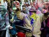 Более 200 человек отравились краской на индуистском празднике