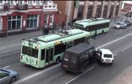 Видеофакт: в Гомеле троллейбус ездит без электричества