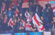 Белорусские болельщики приехали на матч в Нидерланды с бело-красно-белыми флагами
