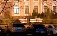К минской прокуратуре вышли белорусы с национальными флагами