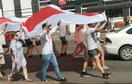 В Барановичах марш несет огромный бело-красно-белый флаг