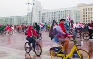На площадь Независимости выехала колонна велосипедистов