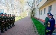 Витебские десантники во время пандемии пришли к ветерану