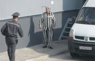 Житель Барановичей оштрафован за появление на работе в тюремной робе