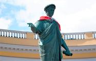 «Братья-белорусы, Одесса с вами»: памятник Дюку украсили бело-красным флагом