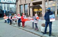 Белорусы Австрии протестовали возле здания «Райффайзен» банка