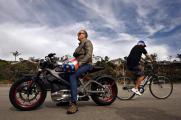 74-летний Питер Фонда испытал электроцикл Harley-Davidson (Видео)